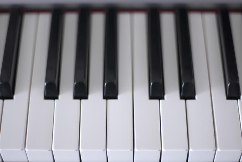close up on the keys on a paino keyboard