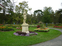 6780   Statue in a park