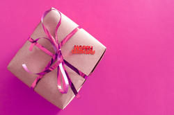 11432   Pink gift tied with a decorative bow