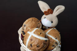 10565   Easter bunny with hot cross buns