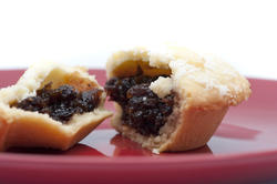 8662   Detail of a fresh fruity Christmas mince pie