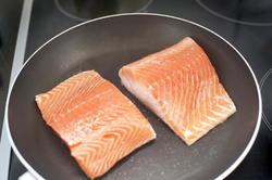 8515   Pan frying salmon steaks