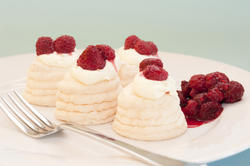 8468   Meringue pavlovas with raspberries