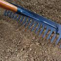 9846   Raking the soil in a flowerbed in a garden
