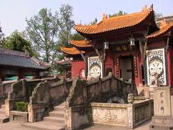 1910-China_Yangtze_Fengdu_shrine_pagoda_0.jpg