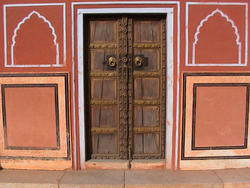 1920-India_Rajasthan_Jaipur_doorway_01.jpg