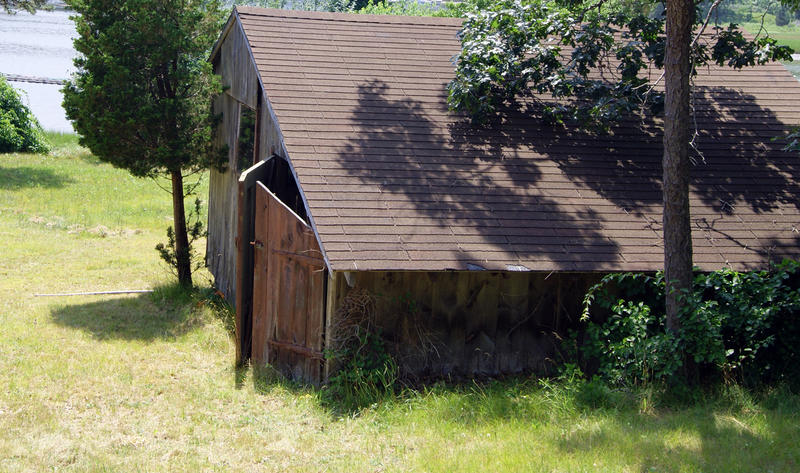 <p>An abandoned shed</p>An abandoned shed in the fields of Rhode Island
