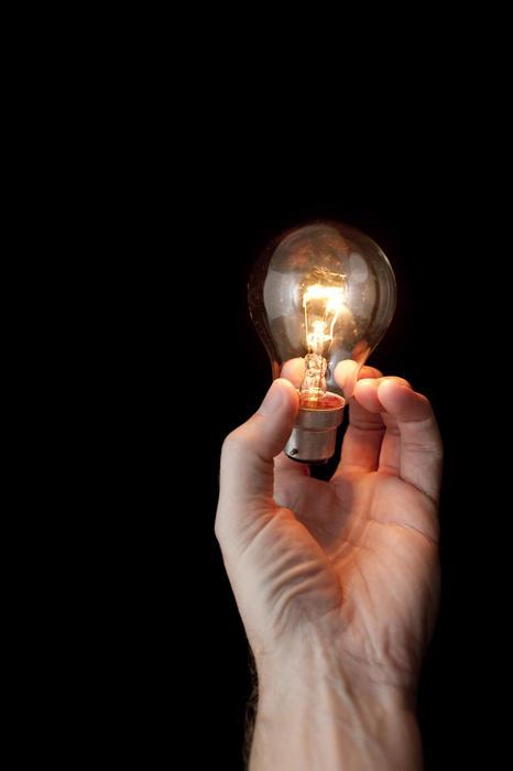 5113   hand holding a light bulb
