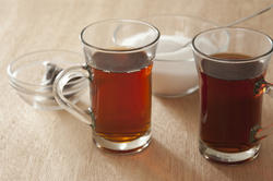 11618   Two glass mugs of hot black tea