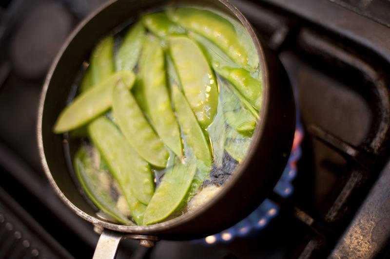 10522   Mangetout peas boiling in a pot