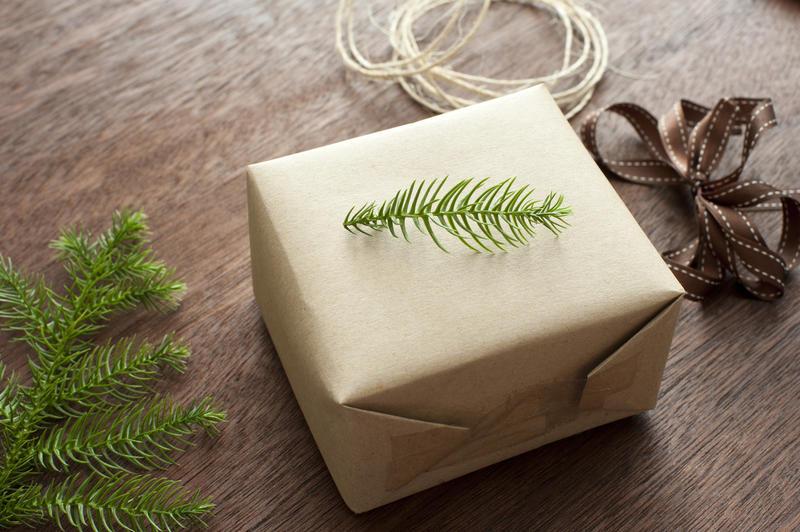 11709   Traditional Christmas gift wrap