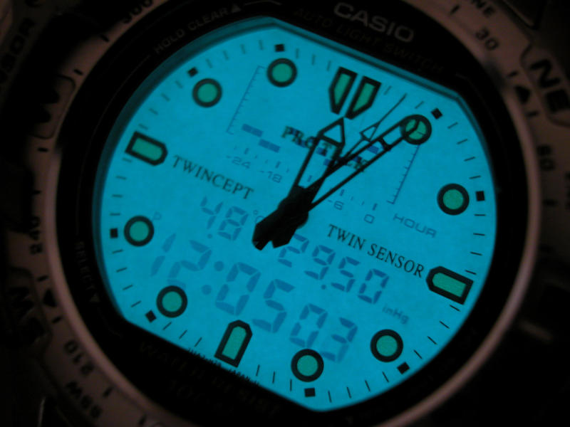 <p>Casio digital / analogue watch illuminated</p>