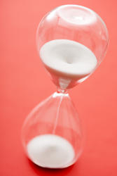 12957   Grains of white sand in an hourglass
