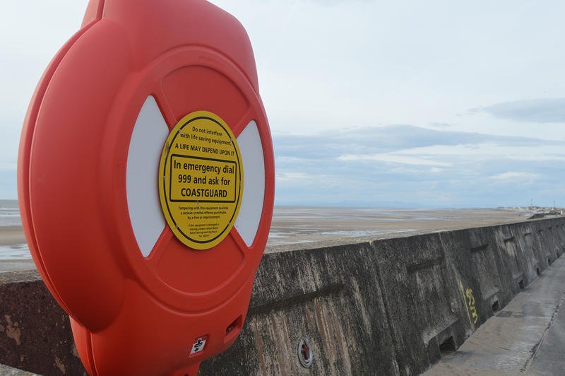 15640   A lifebuoy at the seaside