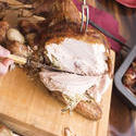 17190   Man carving the white breast meat of roast turkey