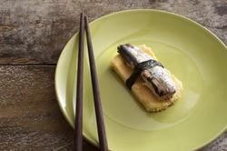 12370   tamagoyaki with fish on green plate
